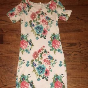 Dresses & Skirts - A White floral dress